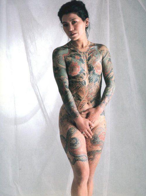 """被称为""""纹身王子"""",他身上共有三百三十八个纹身图案"""