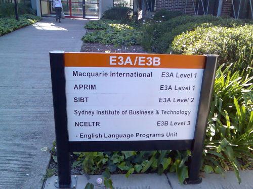 学校里的指示牌很多,每栋楼每个出口都有一个