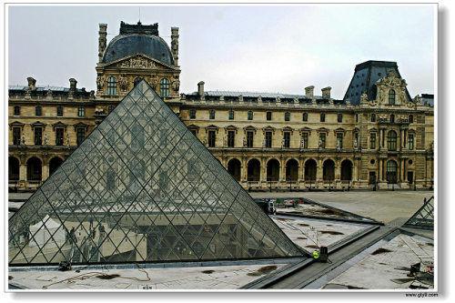 罗浮宫三角金字塔