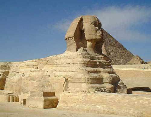 吉札金字塔左边属于卡夫拉王,右边属于库夫王,附近连著一座狮身人面像